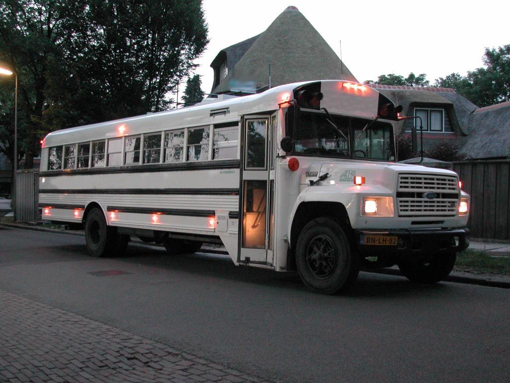 Witte Limo-Trouw-Feest-Bus 36 zitplaatsen met tafeltjes