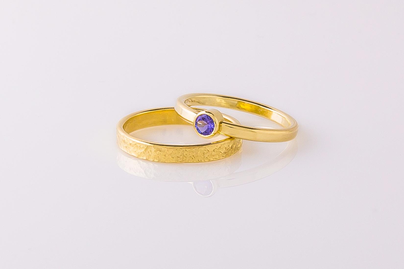 goudmerk-ring-trouwen-geel-goud-grillige-bewerkt-hoogglans-tanzaniet