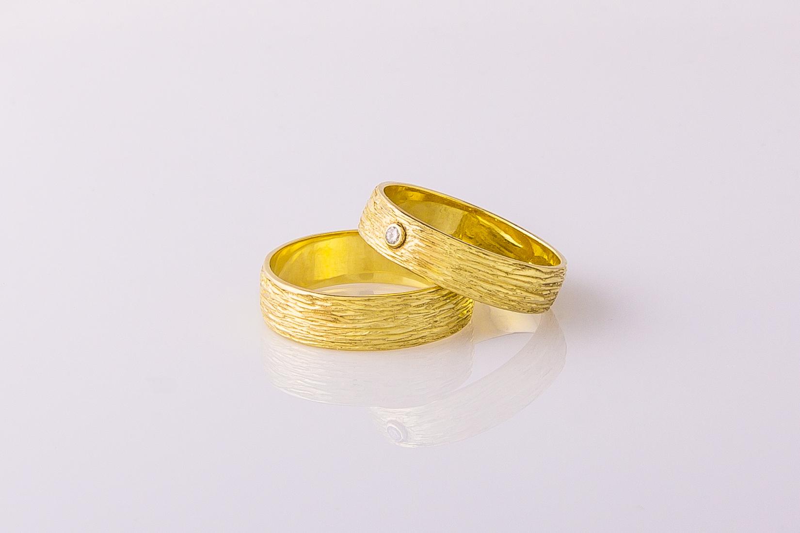 goudmerk-ring-trouwen-geel-goud-grof-bewerkt-edelsteen-briljant