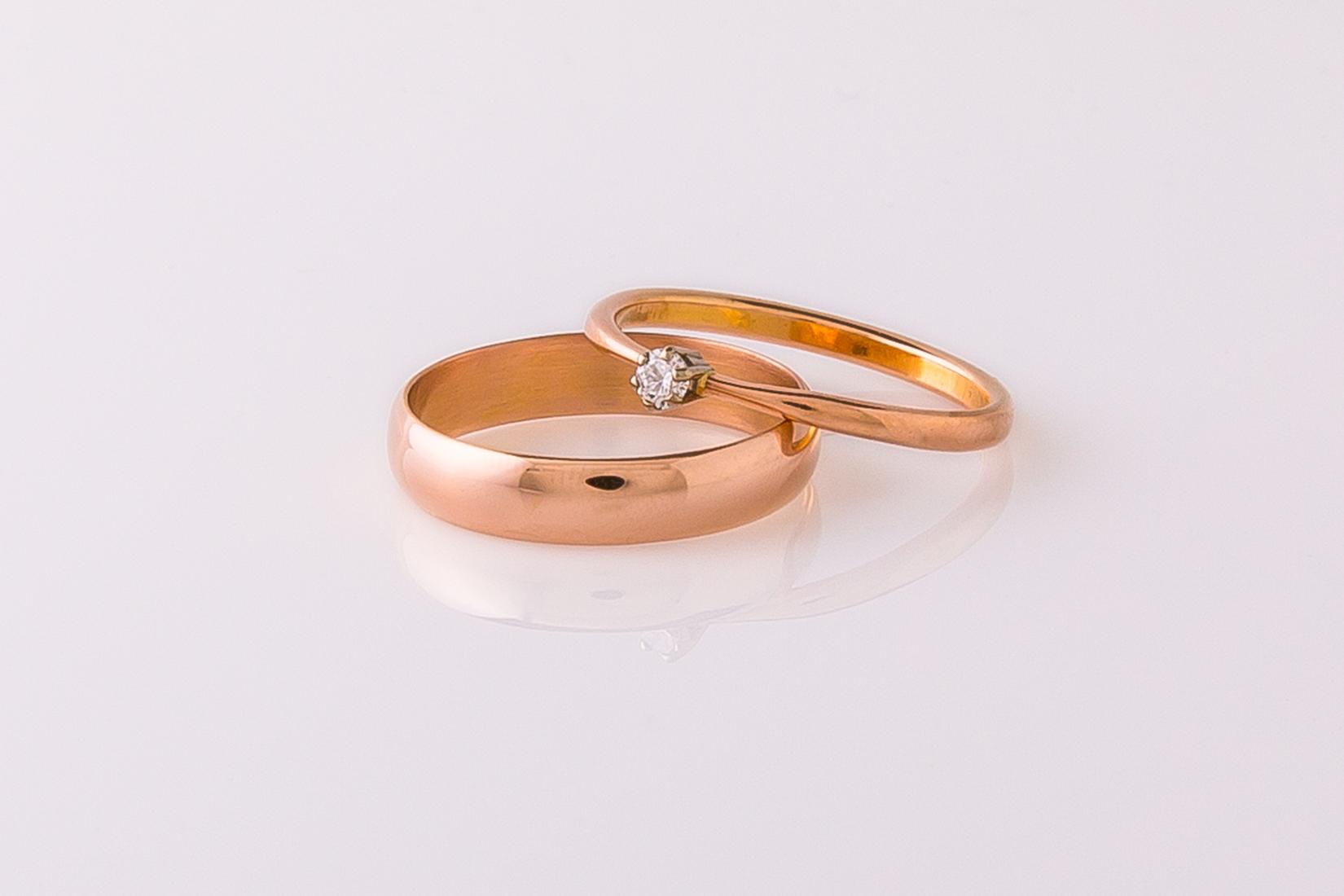 goudmerk-ring-trouwen-rood-goud-hooglans-toelopend-briljant