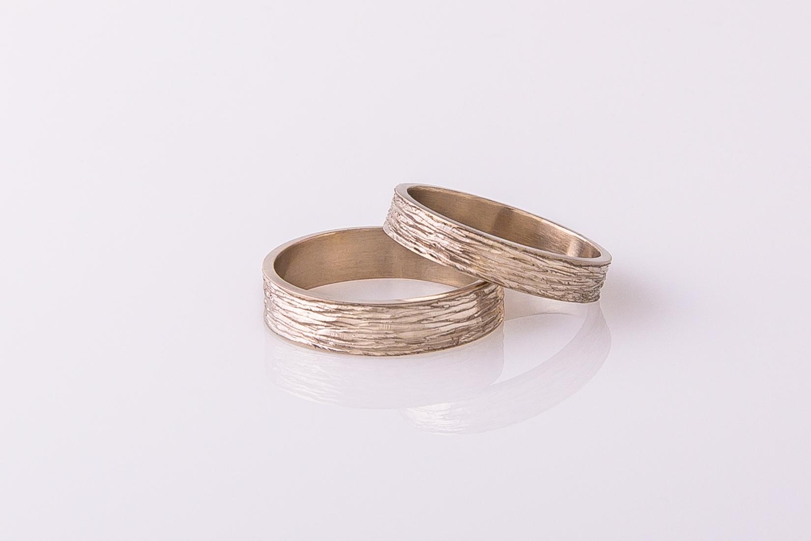 goudmerk-ring-trouwen-wit-goud-grof-bewerkt