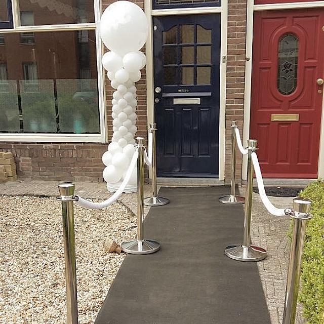 Antracietkleurige loper, afzetpalen met witte koorden en ballonpilaar wedding