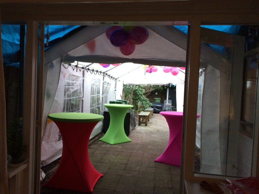 Partytent en statafels met diverse kleuren statafelrokken voor bruiloft feest aan huis