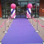 Paarse loper, zilveren afzetpalen met roze koorden en ballonpilaren paars-roze-wit met roze topballon