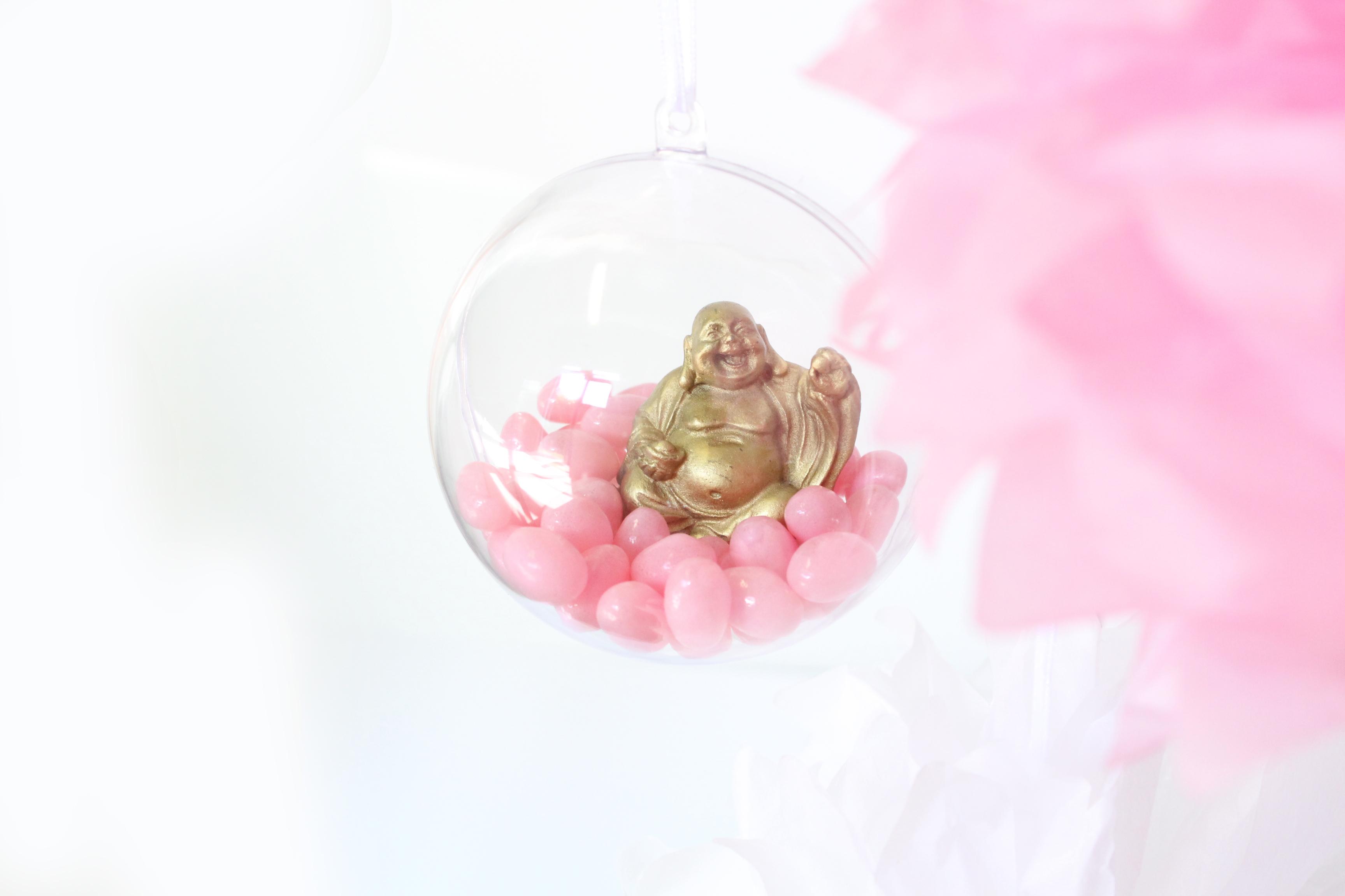 Kugels gevuld met Boeddha en snoepgoed.