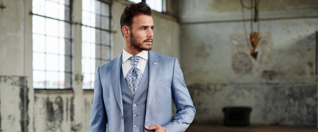 Licht blauw trouwpak bij Black tie