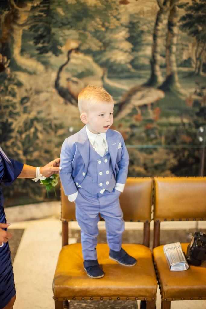 Meneertje heeft een 3-delig pak aan precies zoals zijn vader!