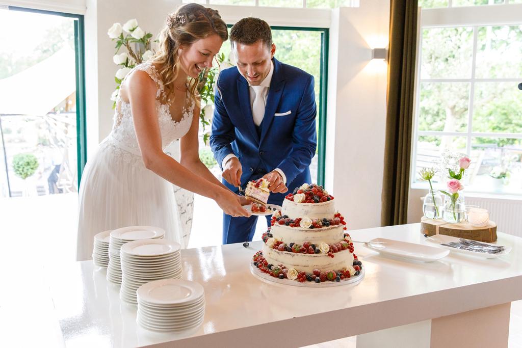 Bruidstaart aansnijden in de Rosariumzaal