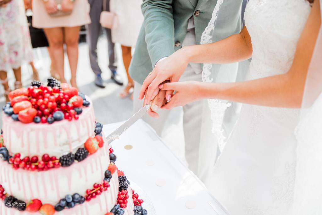 Bruidstaart aansnijden op het terras