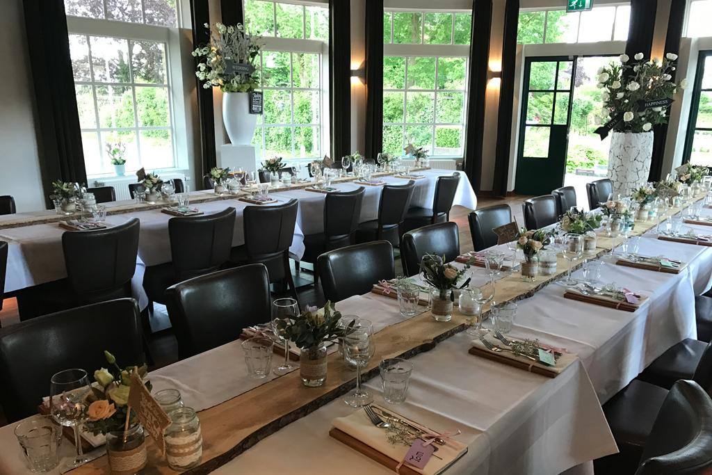 Diner in de Rosariumzaal, lange tafels
