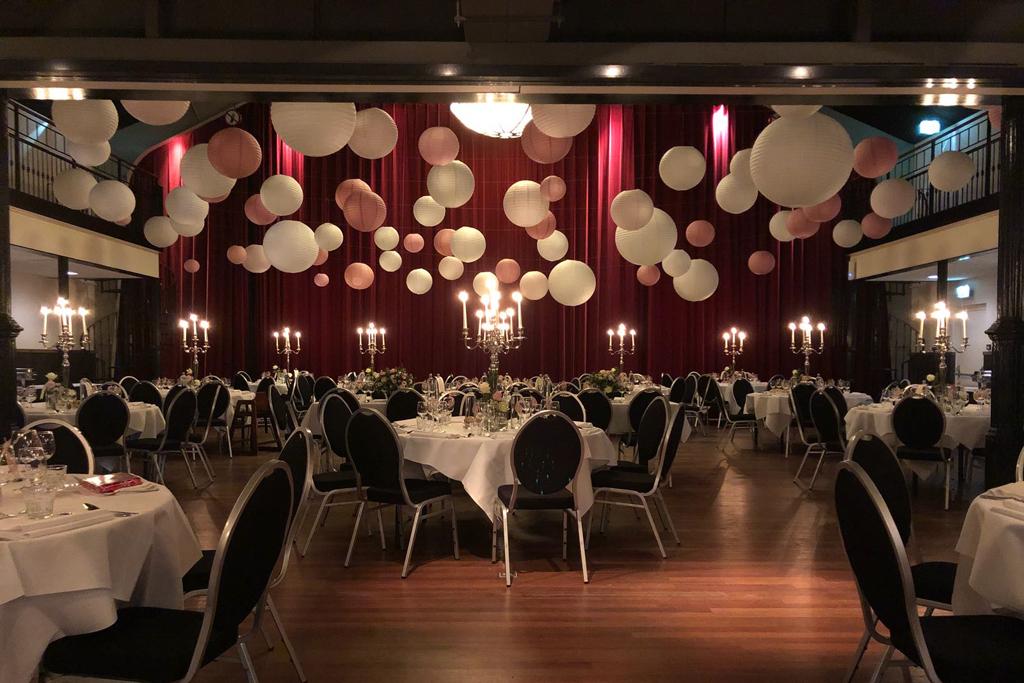 Theaterzaal met lampionnenplafond