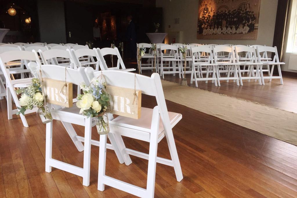 Rosariumzaal huwelijksopstelling witte wedding chairs