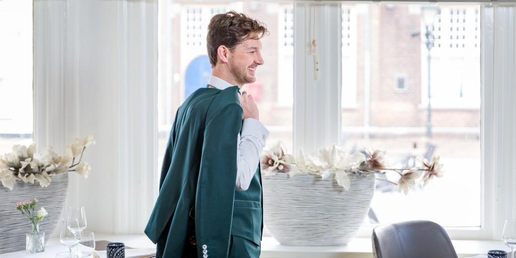 Bart Sanders Maatpakken TROUWPAK groen met witte stiksels
