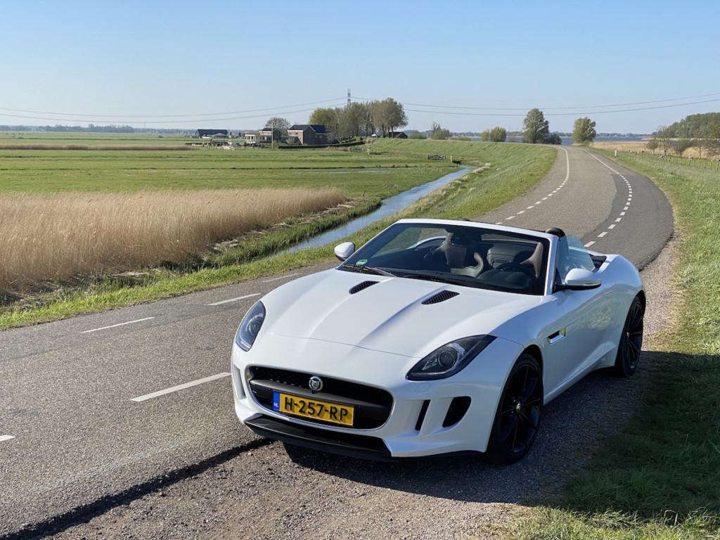 Jaguar F-Type wit als trouwauto