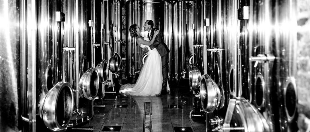 Bruidspaar tussen de wijnvaten