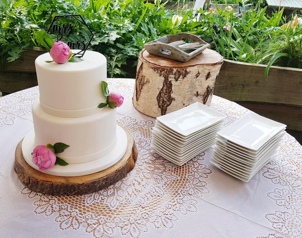 Bruidstaart twee lagen met pioenrozen