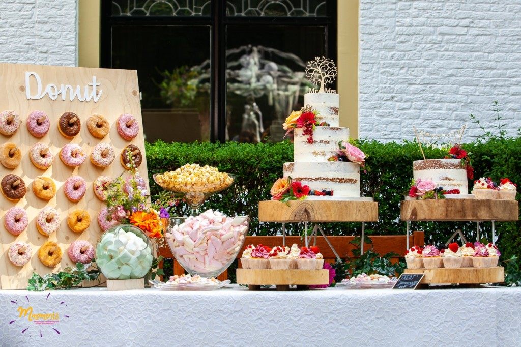Sweet table naked cake en bijpassende cupcakes