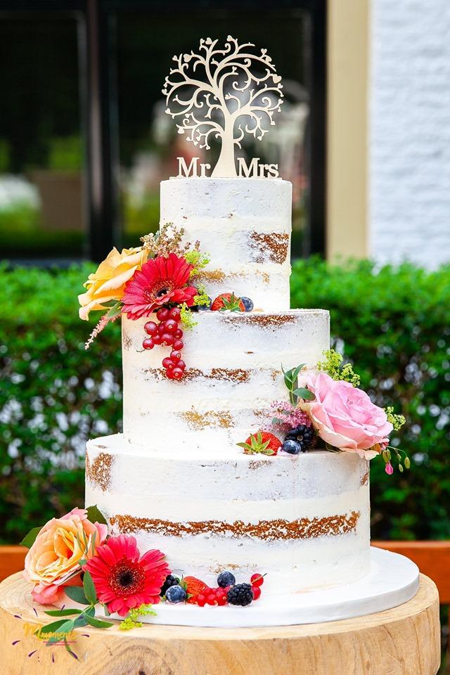 Naked cake met echte bloemen in flower pics en vers fruit