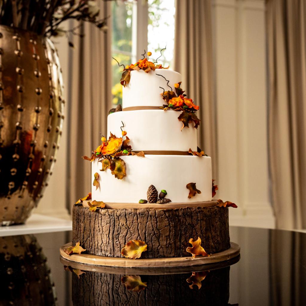 Prachtige herfst bruidstaart met handgemaakte decoratie