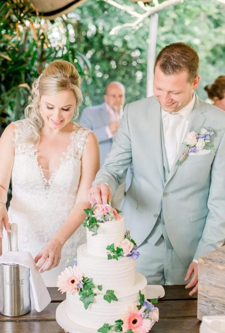 Aansnij moment van de bruidstaart