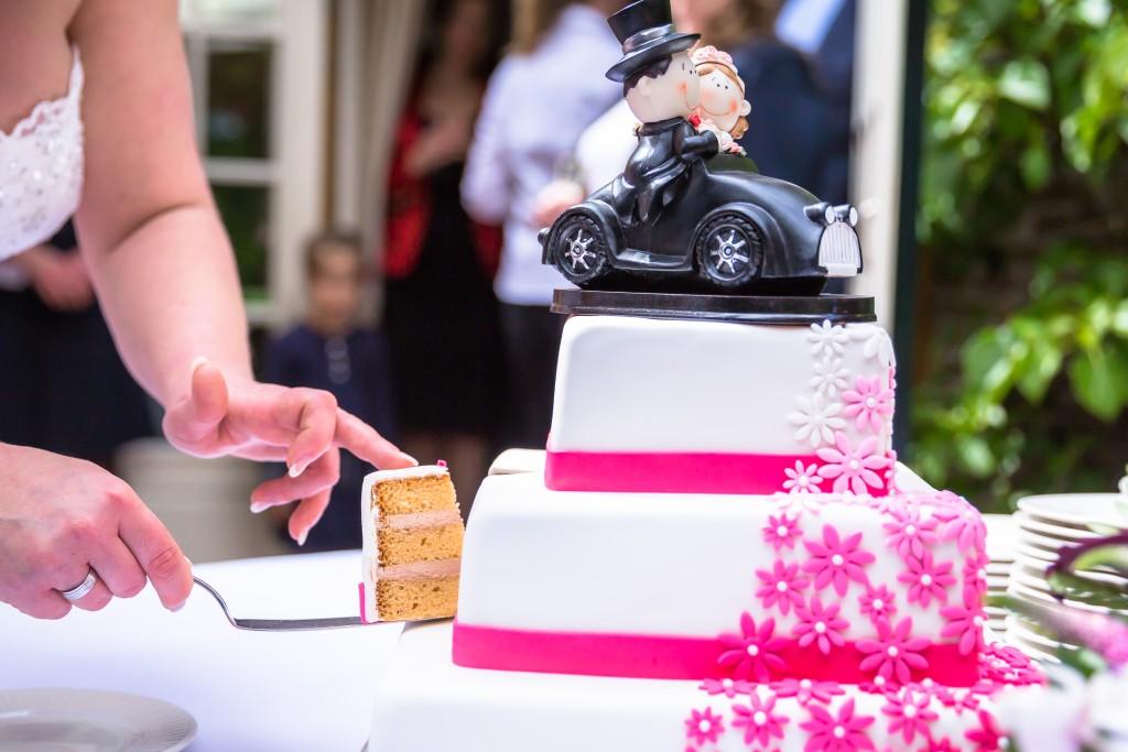 Bruidstaart Amerikaanse muffincake, vierkant, recht gestapeld, met een waterval van uitsteek bloemen
