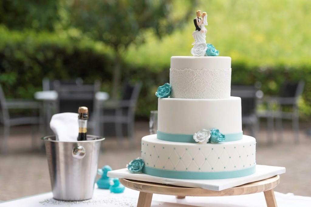 Bruidstaart met kant en chesterfield in turquoise kleur