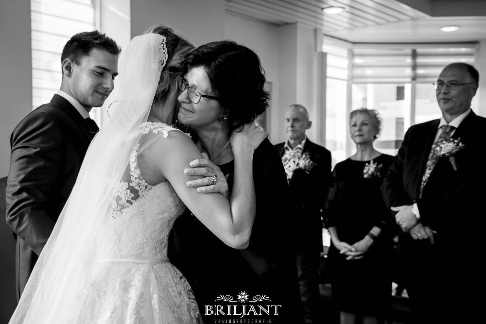 Briljant Bruidsfotografie bruid met moeder