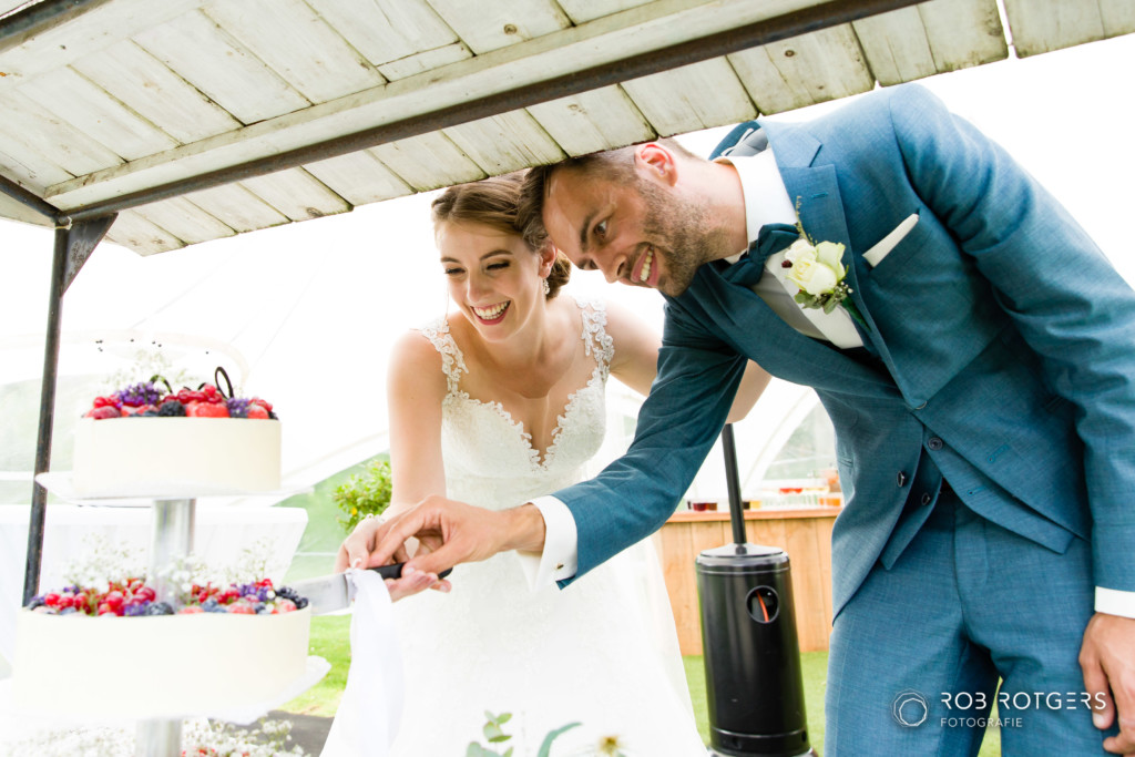 Bruidstaart en bubbels tijdens de receptie in de exclusief voor jullie gereserveerde Tsjerke tuin