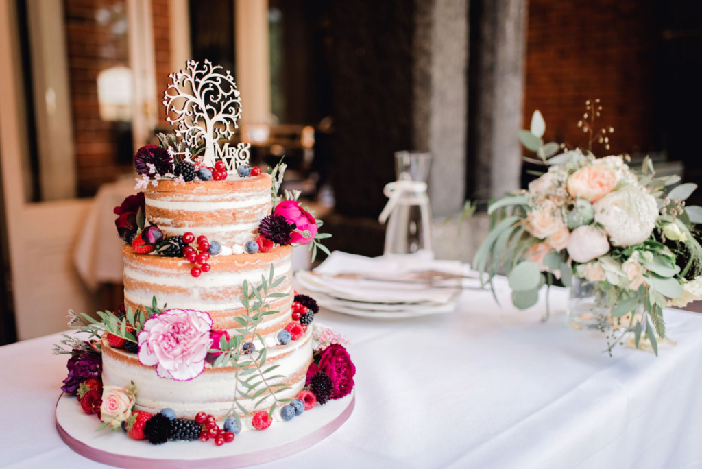 Toosten op het geluk met bruidstaart – foto: Ringelbergfotografie