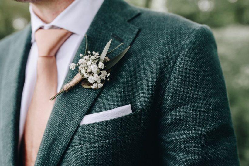 bruiloft corsage bij man