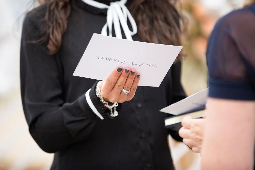 Vows overhandigen aan trouwambtenaar – Kim Vos Fotografie