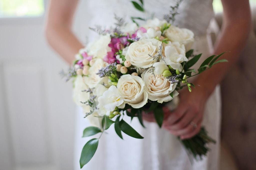 bruid met boeket detail