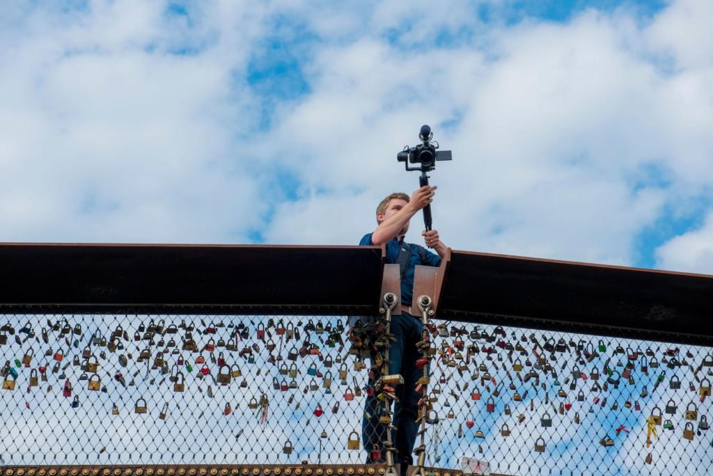 Bart filmt vanaf een brug