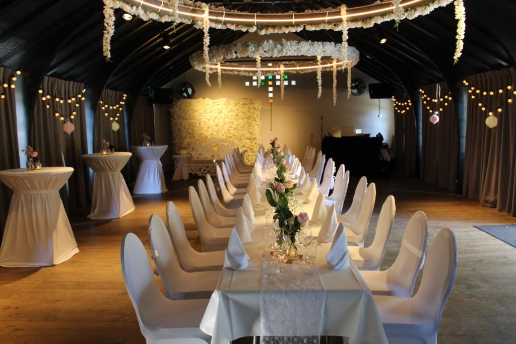 Huize Koningsbosch Diner aan een lange tafel binnen