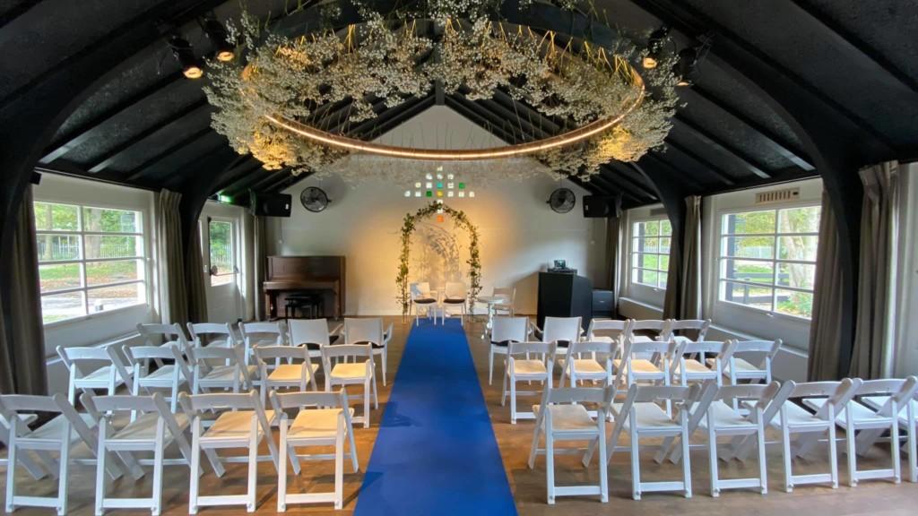 Huize Koningsbosch Zaal met witte stoelen