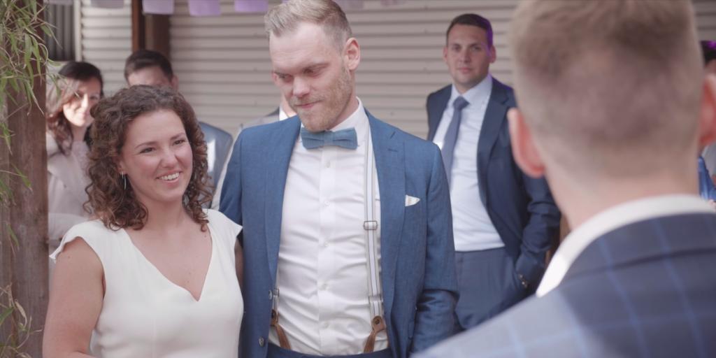 Bruidspaar tijdens speech van broer