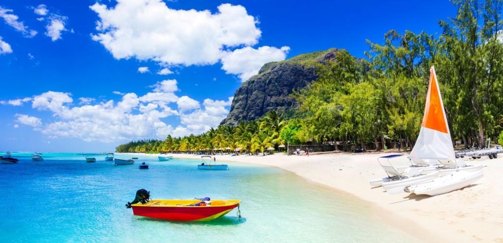 Wit strand blauw water Mauritius Afrikaya Tours