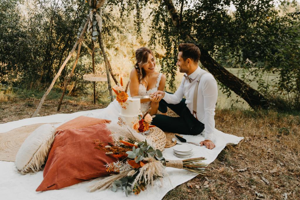 Bruidstaart aansnijden bruidspaar