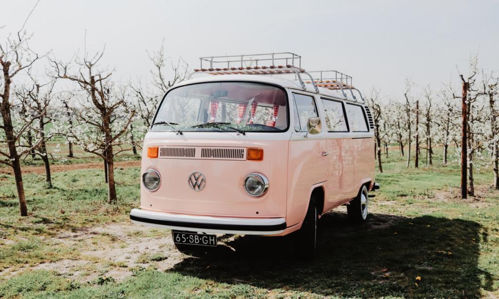 Volkswagenbusje T2 Miss Peach als trouwvervoer